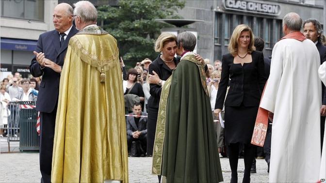 La regina Sonia e il re Harald V nel momento dell'ingresso nella Cattedrale di Oslo