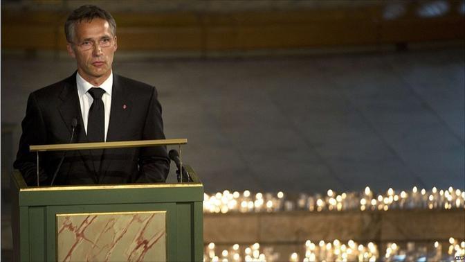 Il premier Stoltenberg dal leggio ricorda le vittime