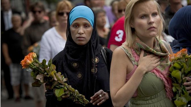 In fila per omaggiare i morti di Oslo e Utaya