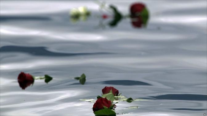 Rose rosse nelle acque di Utoya