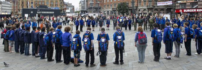 Il minuto di silenzio è stato osservato anche a Copenaghen da parte di un gruppo di scout britannici (Reuters)