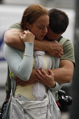 Il dolore di una coppia davanti alla cattedrale di Oslo (Reuters)
