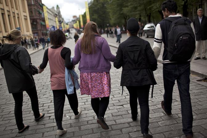 Alcuni superstiti della strage sull'isola di Utoya camminano mano nella mano a Oslo (Ap)