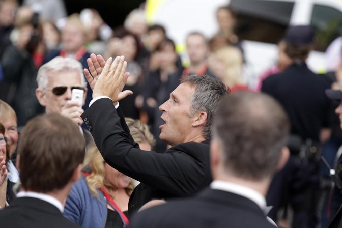 Il primo ministro Jens Stoltenberg ringrazia i presenti alla commemorazione all'università di Oslo (Reuters)