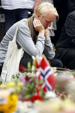 Il dolore davanti alla cattedrale di Oslo (Reuters)