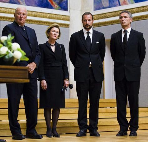 Le autorità norvegesi alla commemorazione delle vittime: da sinistra, re Harald, la regina Sonja, il principe Haakon e il primo ministro Jens Stoltenberg (Afp)