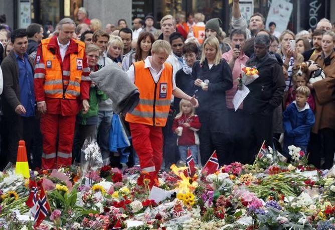 La marcia delle rose per ricordare le vittime della strage