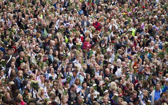 Il fiume di persone scesa in strada a Oslo per commemorare le vittime dell'attentato