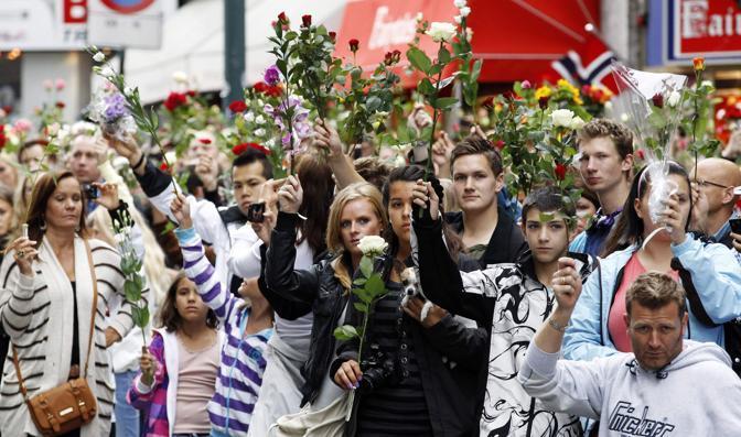 Molti giovani in piazza per esprimere il cordoglio per le vittime della strage