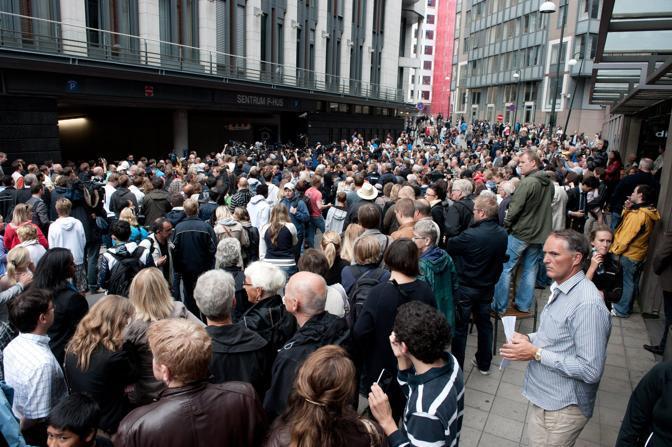 Centinaia di persone attendono l'arrivo di Anders Behring Breivik in tribunale (Epa)