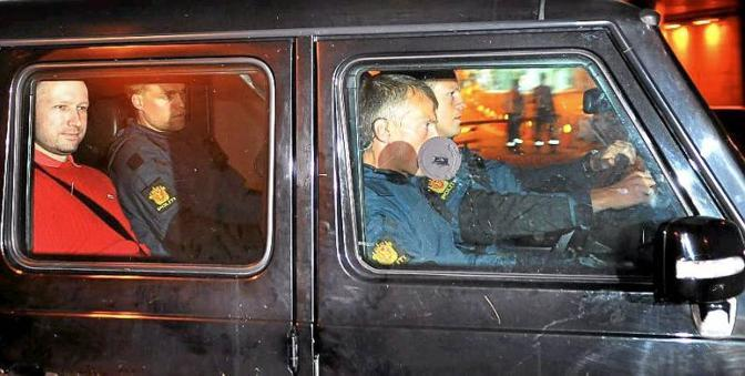 Anders Behring Breivik, primo da sinistra, a bordo del blindato