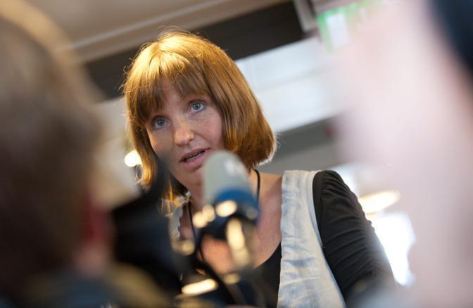Irene Ramm, membro dell'ufficio stampa del tribunale, parla con i media (Epa)