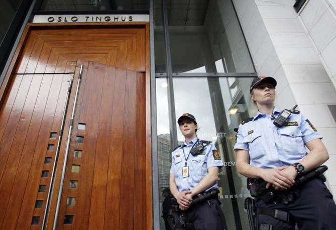 Agenti all'ingresso del tribunale (Ap)