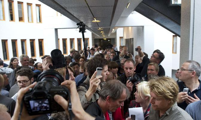 I media all'interno dell'edificio del tribunale (Afp)