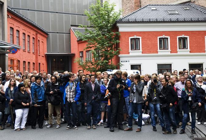 I giornalisti attendono il killer (Afp)