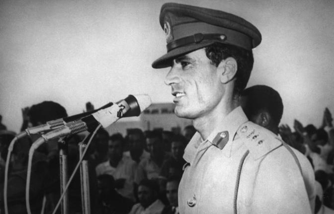 27 settembre 1969: un giovanissimo colonnello Gheddafi arringa la folla di Tripoli pochi giorni dopo il colpo di stato militare (Afp)