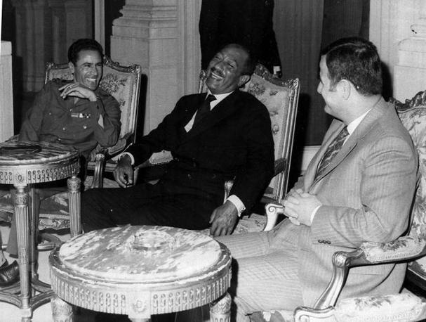 Il Cairo, 11 marzo 1972: il colonnello con il presidente egiziano Sadat e quello siriano Assad (Ap)