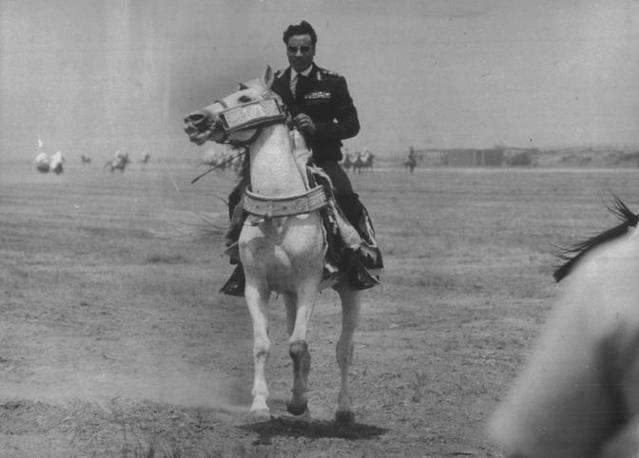 Un trionfante Gheddafi a cavallo nel 1976