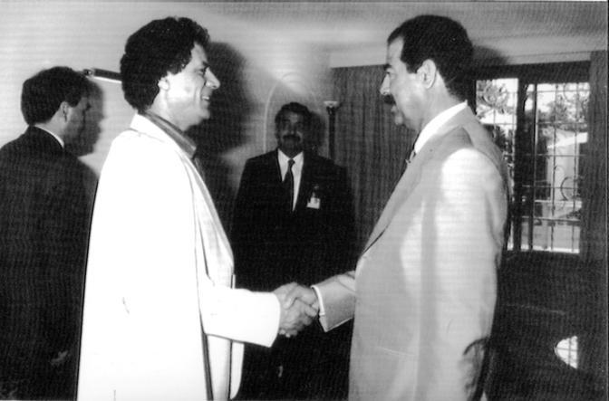 Con Saddam Hussein nel 1989 (Reuters)
