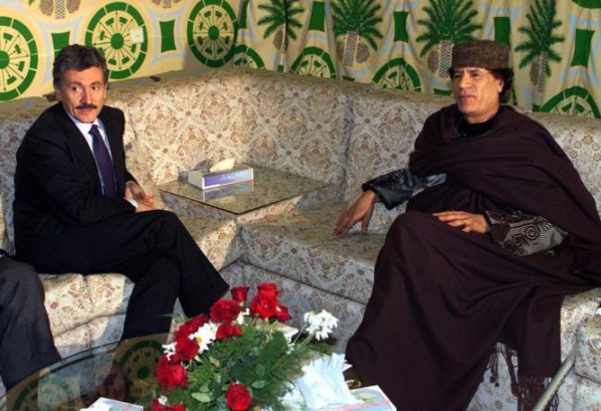 Con Massimo D'Alema, ministro degli Esteri italiano (Ansa)