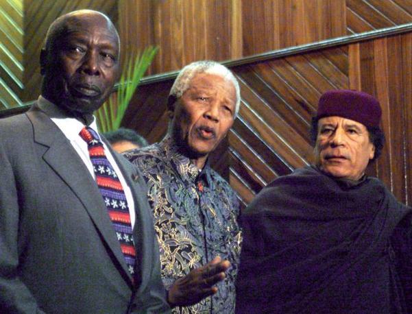 Da sinistra: il presidente keniano Daniel Arap Moi, Nelson Mandela e Muhammar Gheddafi (Reuters)