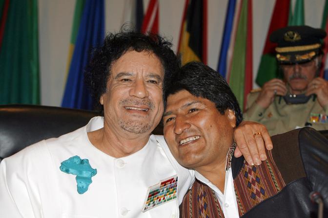 Abbraccio con il presidente boliviano Evo Morales (Afp)