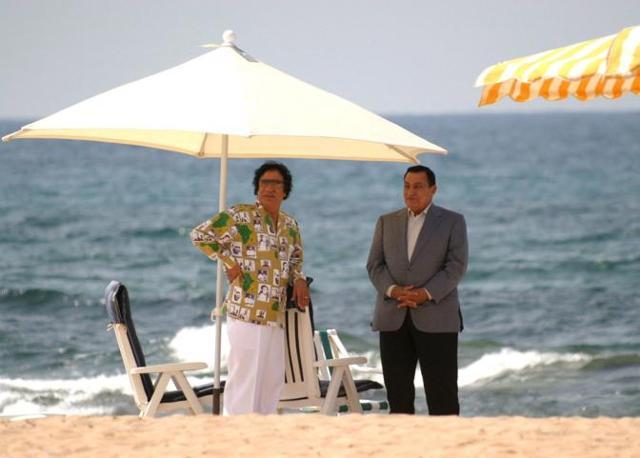 Incontro con il presidente egiziano Mubarak sulle spiagge del Golfo della Sirte (Epa)
