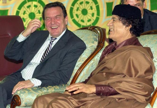 Ottobre 2004: con il cancelliere tedesco Gerhard Schroeder sotto la tenda beduina a Tripoli ( Epa)