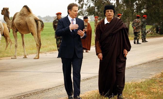 Passeggiata con il primo ministro britannico Tony Blair (Epa)
