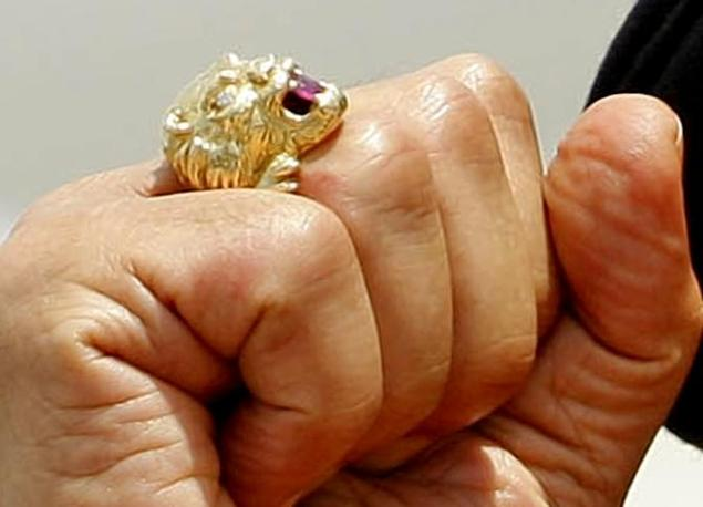 10 giugno 2009: un particolare dell'anello del Raìs (Ansa)