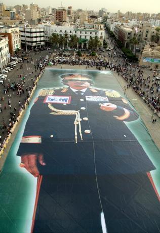 22 luglio 2011: una gigantesca immagine di Gheddafi dispiegata sulla piazza Verde (Epa)