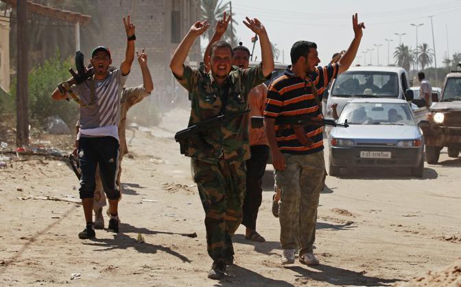 I ribelli libici avanzano. E la battaglia si sposta nella capitale, Tripoli. Il cerchio si stringe intorno a gheddafi. Molti gli insorti che gridano già vittoria (Reuters)