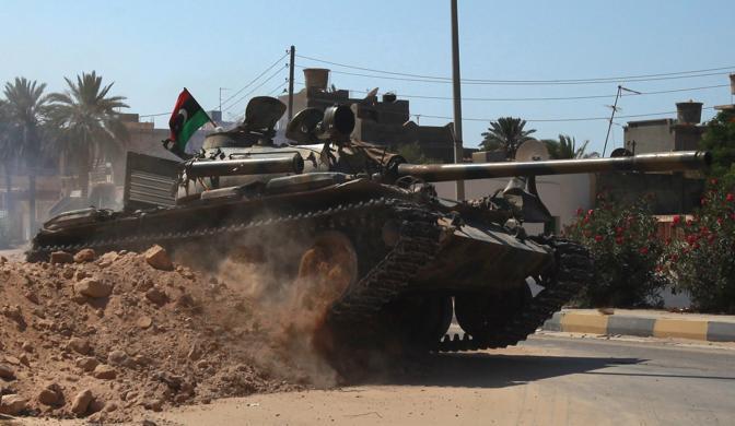 Gli insorti possono contare sull'appoggio della Nato. Sopra un blindato usato dai ribelli (Reuters)