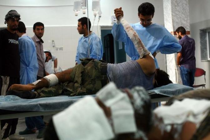 I medici in un ospedale curano i feriti (Olycom)
