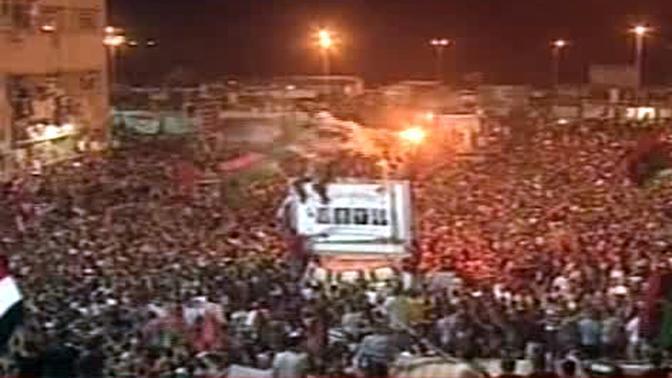 Fermo immagine tratto da sky tg 24 che mostra la popolazione libica nella piazza di Tripoli per festeggiare la caduta del regime 21 agosto 2011 (ANSA/SKY TG 24)