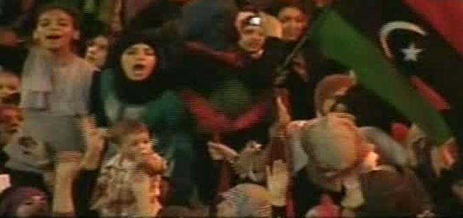 Fermo immagine tratto da sky tg 24 che mostra la popolazione libica nelle piazza di Tripoli per festeggiare la caduta del regime 21 agosto 2011 ANSA/SKY TG 24