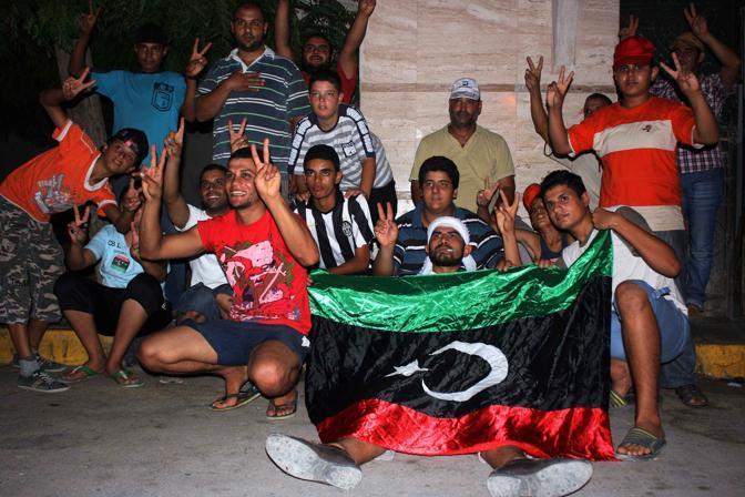 Ribelli a Tajura, sobborgo di Tripoli (Afp)