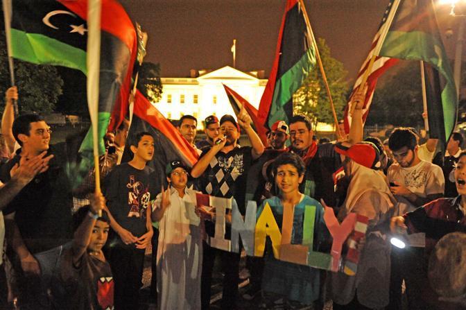 Libici festeggiano davanti alla Casa Bianca (Afp)