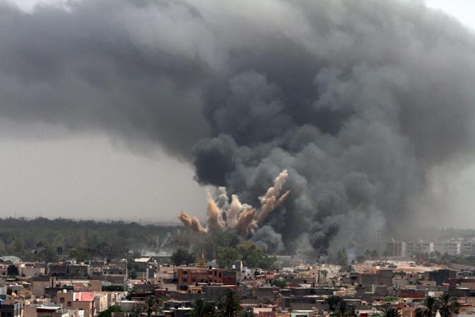 L'esplosione nel bunker di Gheddafi (Ansa)