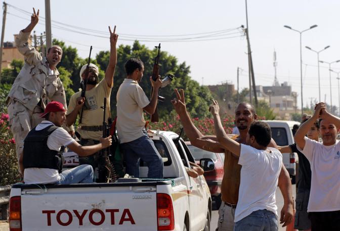 Abitanti delle perferie di Tripoli salutano i ribelli che entrano in città (Ap)