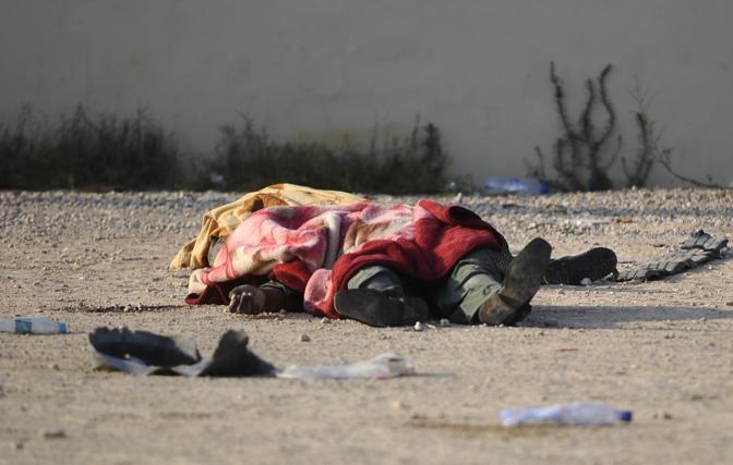 Un combattente ucciso a Tripoli (Filippo Monforte/Afp)