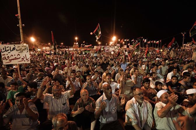 Ancora scontri, ma anche qualche speranza in più: all'indomani della presa del bunker di Gheddafi, in Libia si combatte ancora. Ma i ribelli ritengono ormai vicina la fine del regime del Raìs. Nella foto  festeggiamenti a Bengasi (Afp)