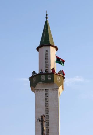 Bandiera sulla moschea di Janzour  (Reuters)