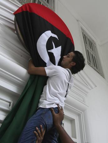Bandiera nell'ambasciata libica a Manila  (Ap)