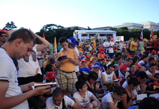 Centinaia di migliaia di giovani di tutto il mondo a Madrid in attesa del papa (Reuters)