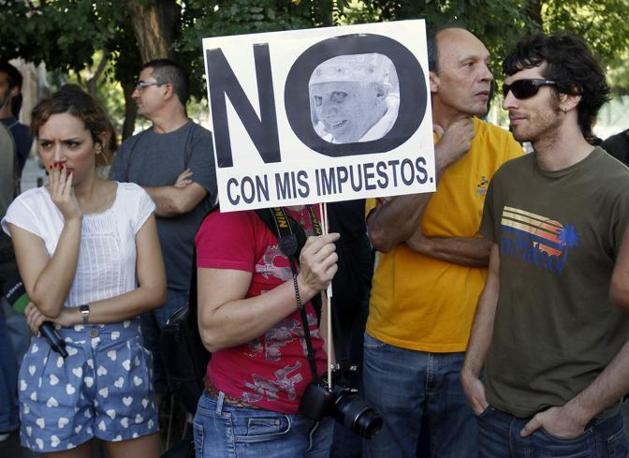 Alla Puerta del Sol i pellegrini si sono fronteggiati a lungo con gli indignados che da mesi presidiano la piazza simbolo di Madrid (fonte Reuters)