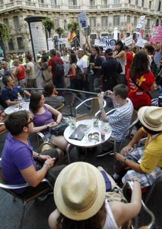 I turisti di Puerta del Sol assistono alle tensioni (Reuters)