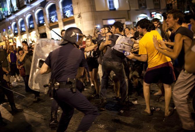 La polizia carica quando tra le due parti in piazza cominciano gli scontri (Ap)