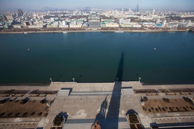 L'ombra della Torre Juche a Pyongyang (Ap)