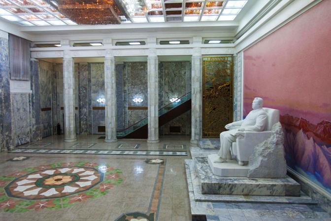 Statua di Kim Il Sung nella Grand People's Study House (Ap)